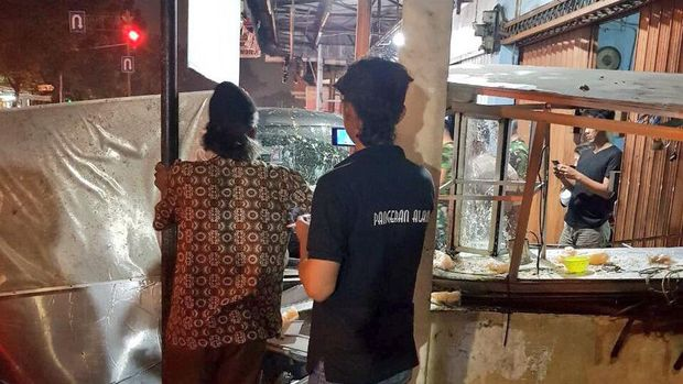 Taksi online tabrak gerobak tukang bubur dan nasi goreng di Jaktim