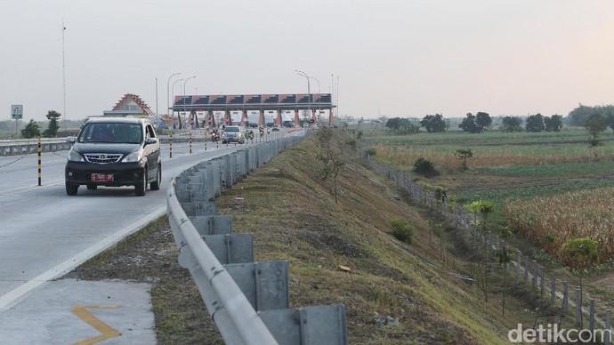 Foto: Menjajal Jalan Tol Jombang - Mojokerto di Hari Pertama Dibuka