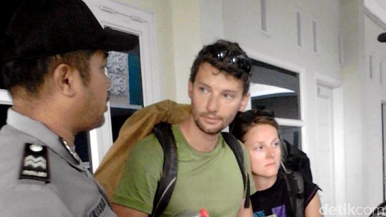 Polisi Pekalongan Patungan untuk Bekali - Pekalongan Dua orang turis bule asal Republik Ceko dan Slowakia kehabisan ongkos di Untuk bekal perjalanan kedua turis