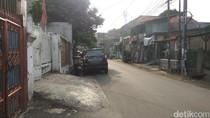 Melongok Bahu Jalan Kampung di Jakarta yang Jadi Parkiran Mobil