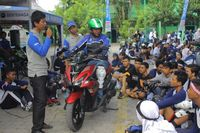 Tim Yamaha Riding Academy memberikan edukasi safety riding menggunakan motor Aerox 155 VVA (Foto: Yamaha)