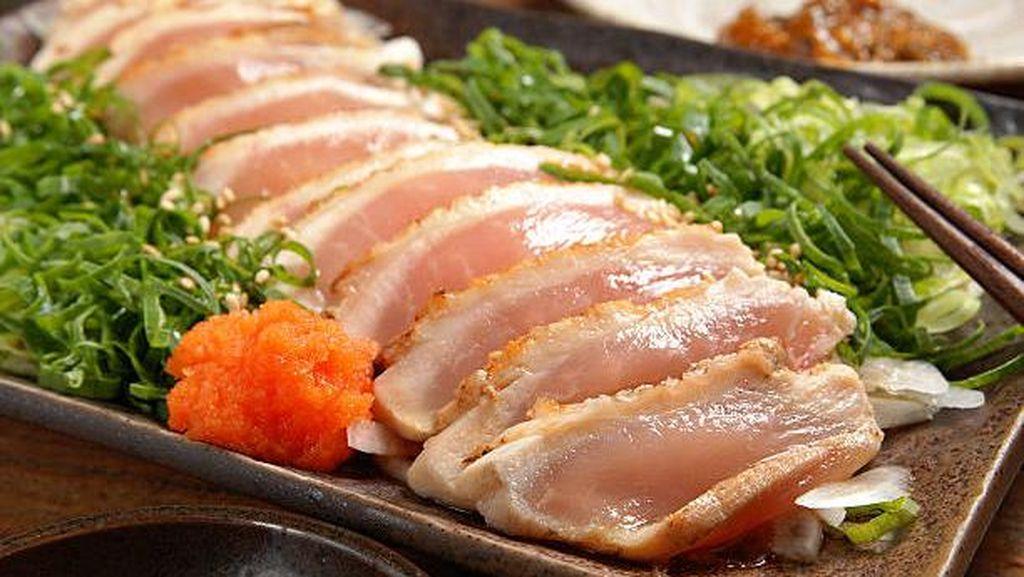 Chicken Sashimi Makin Populer, Amankah Makan Sajian Daging Ayam Mentah Ini?