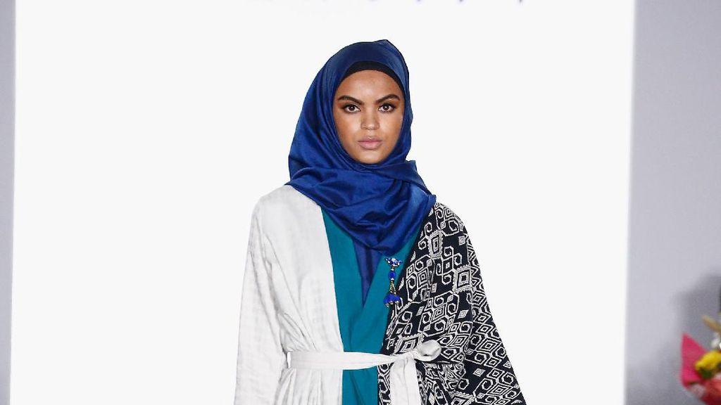 Foto: 12 Koleksi Busana Muslim Vivi Zubedi di New York Fashion Week 2017