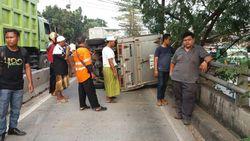 Truk Terguling di Busway Arah Pulogadung, Lalin Macet