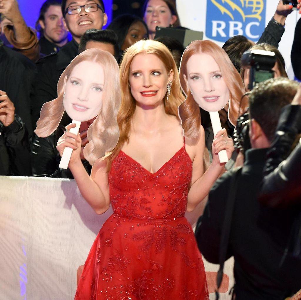 Red Hot! Jessica Chastain di Premier Woman Walks Ahead
