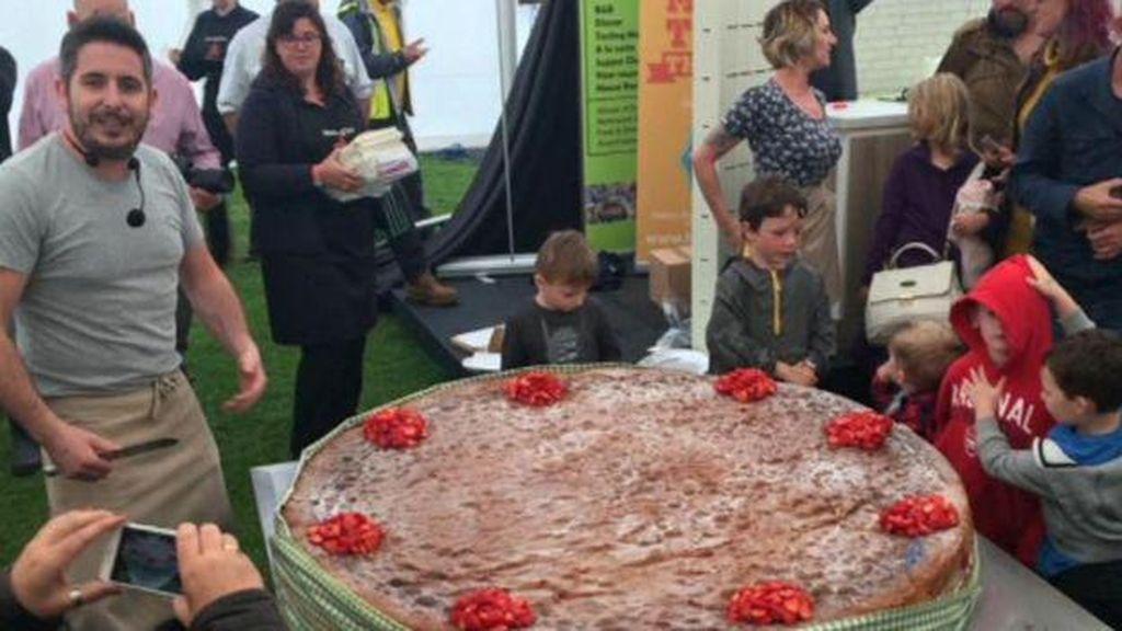 Pria Ini Berhasil Membuat Victoria Sponge Cake Terbesar di Dunia