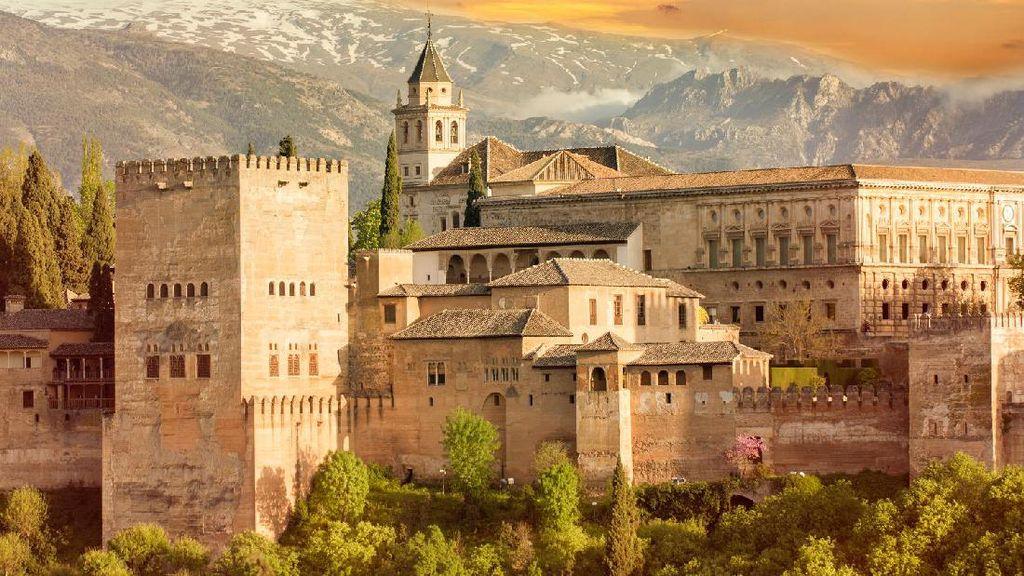 Viral! Turis Tampan Azan di Istana Alhambra Spanyol