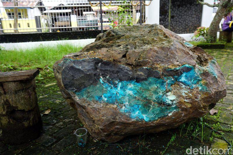 Inilah batu bacan dengan berat kurang lebih 1,5 Ton. Selama ini batu tersebut disimpan di halaman Kedaton Kesultanan Bacan, dan ditutup rapat dengan kain yang diikat tali. Saat detikTravel datang berkunjung, batu bacan raksasa ini dipamerkan (Wahyu/detikTravel)