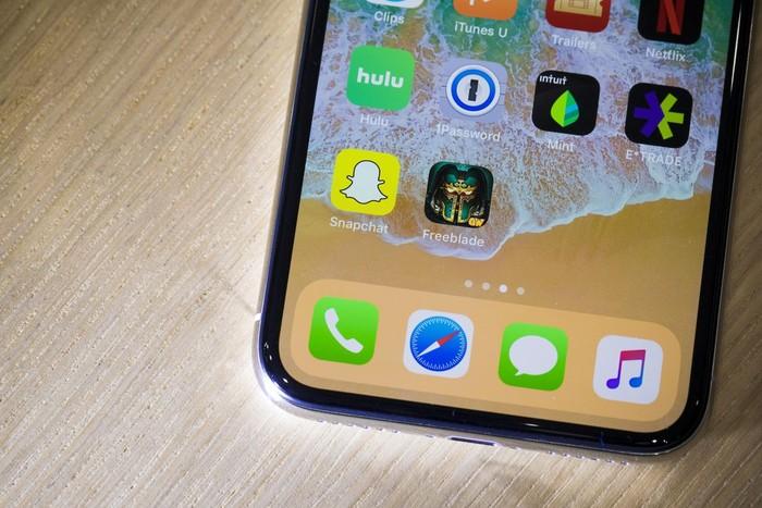 Jika ada satu fitur utama yang dibanggakan dari iPhone X ini jelas adalah layar OLED. Foto: istimewa