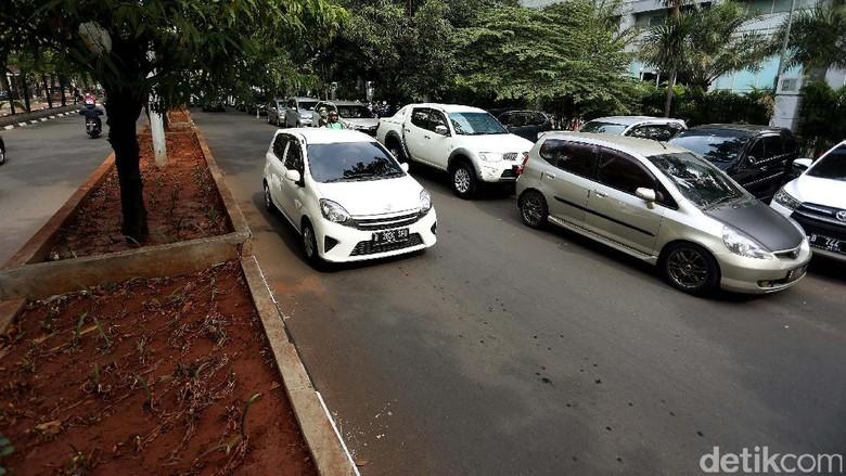 Foto: Parkir Liar Kembali Marak di Jalan Raden Fatah