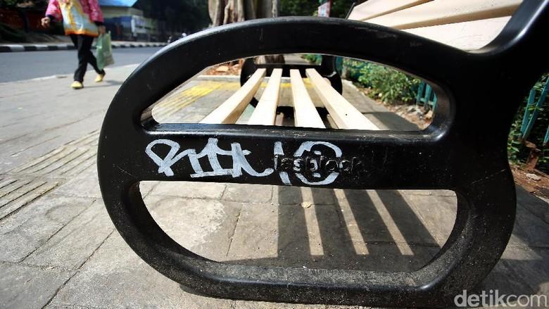 Foto: Baru Dipasang, Bangku Pedestrian Bulungan Dicorat-coret