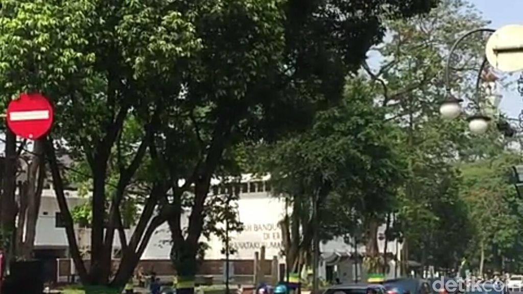 Keren! Speaker Berpuisi Hibur Pengendara di Persimpangan Bandung