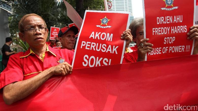Massa SOKSI Demo Kemenkum HAM