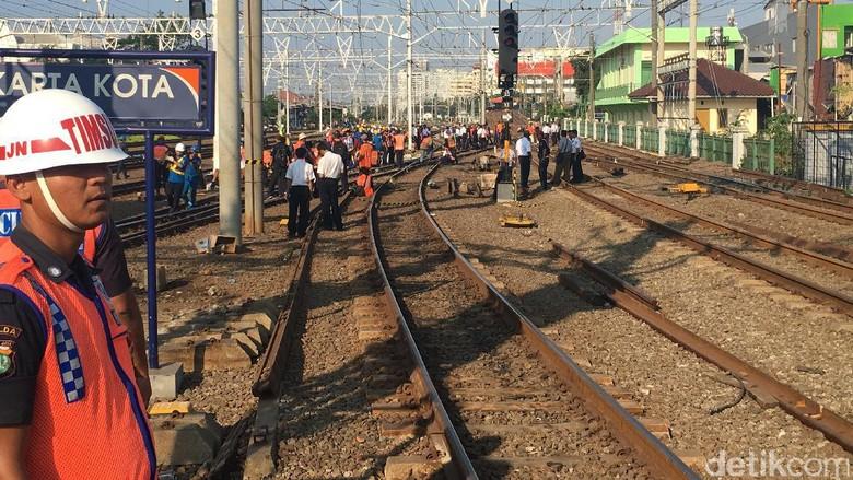KRL Anjlok di Stasiun Jakarta Kota Selesai Dievakuasi