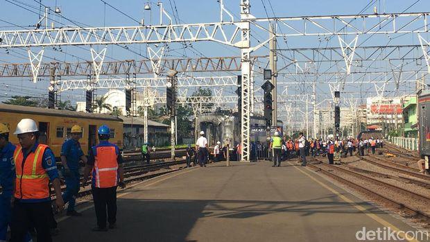 Evakuasi gerbong KRL anjlok di Stasiun Jakarta Kota, Kamis (14/9/2017)