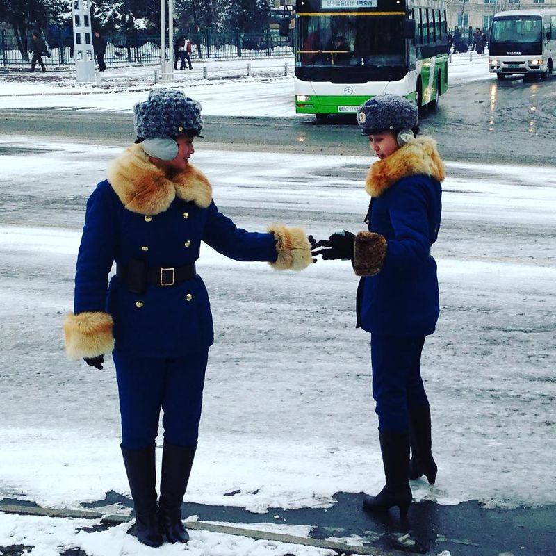 Termasuk negara tertutup yang tidak ramah turis, Korea Utara memiliki beberapa aparat keamanan. Seperti polisi dan anggota militer (Instagram/youngpioneers)