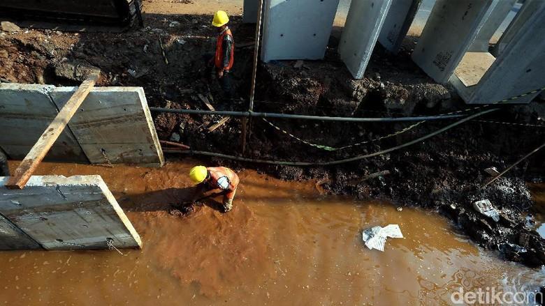 Saluran Air di Jalan KH Noer Ali Diperbaiki
