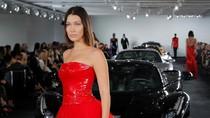 Foto: Saat Gaun Ralph Lauren Bersanding dengan Mobil Rp 530 M di Catwalk