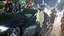 Dini Hari, Kecelakaan Mobil dan Motor Terjadi di Mampang Jaksel