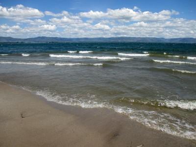 Menikmati Pantai di Danau Toba