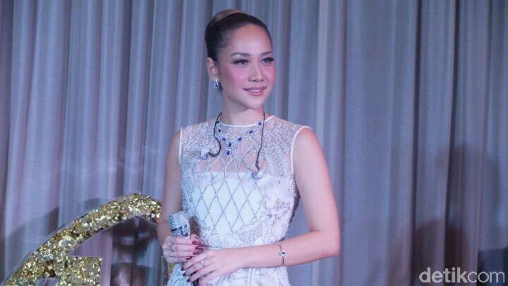 Foto: Cantiknya BCL Tampil Elegan Pakai Gaun Transparan Karya Tex Saverio