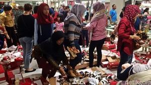 Foto: Mau Tutup Gerai, Matahari Pasaraya Blok M Diserbu Pembeli