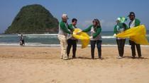 Bersih-bersih Pantai, Pulau Merah Banyuwangi Semakin Indah