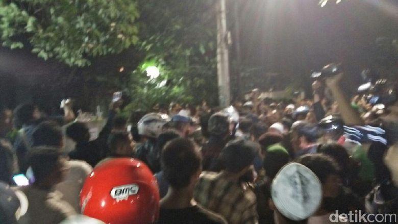 Sambil Berteriak, Massa Memaksa Masuk ke Kantor LBH Jakarta