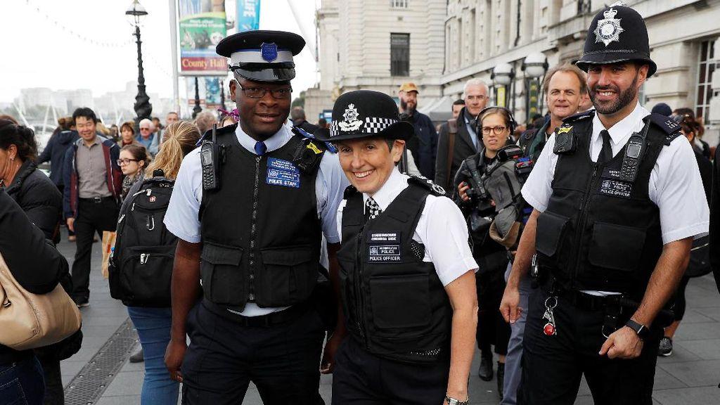 Polisi Ganteng di London Ini Jago Banget Nge-dance