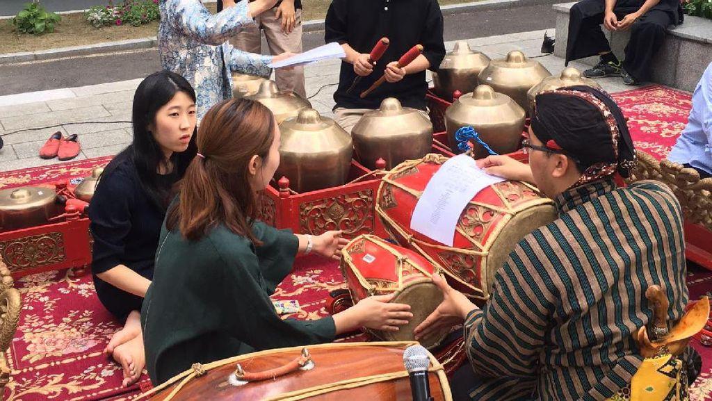 Kala Warga Korea Asyik Mainkan Gamelan Jawa