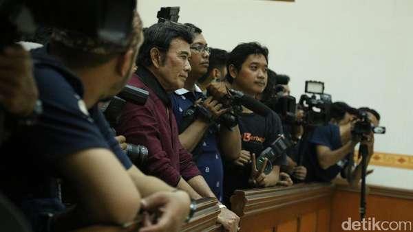 Putusan Ridho Rhoma Dibacakan Hakim, Rhoma Irama Berdiri Tertunduk Diam
