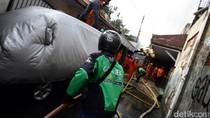 Sigap! Driver Ojek Online Ini Bantu Padamkan Kebakaran di Cawang