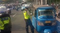 Polisi Tilang Bajaj dan Ojek Online yang Ngetem di Gambir