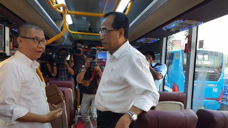 TransJ Premium Sepi Ini Solusi - Bekasi Menteri Perhubungan Budi Karya Sumadi menguji coba TransJabodetabek premium rute Plaza Mega Bekasi setelah mendengar program itu