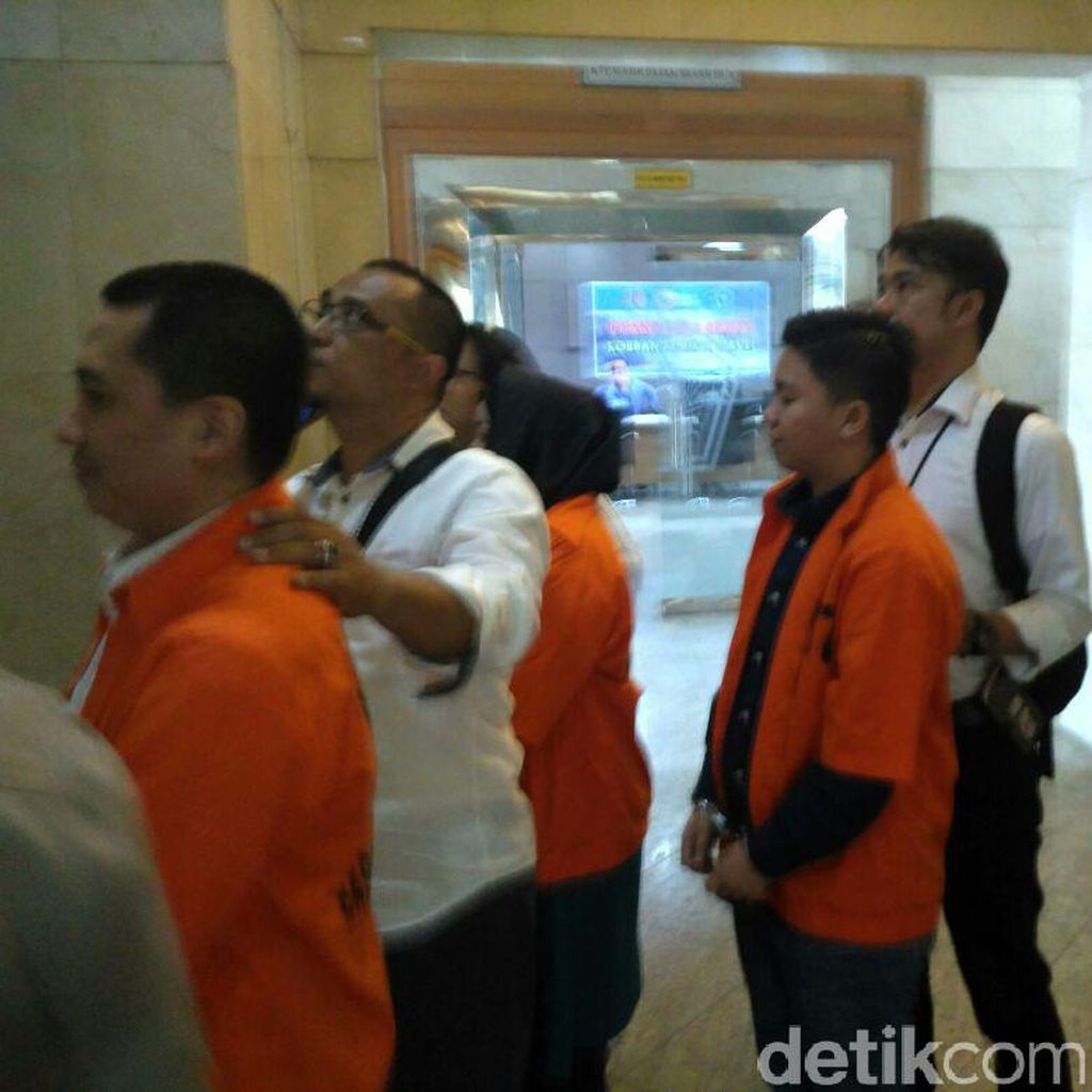 Trio Bos First Travel Dikonfrontir dengan Karyawan