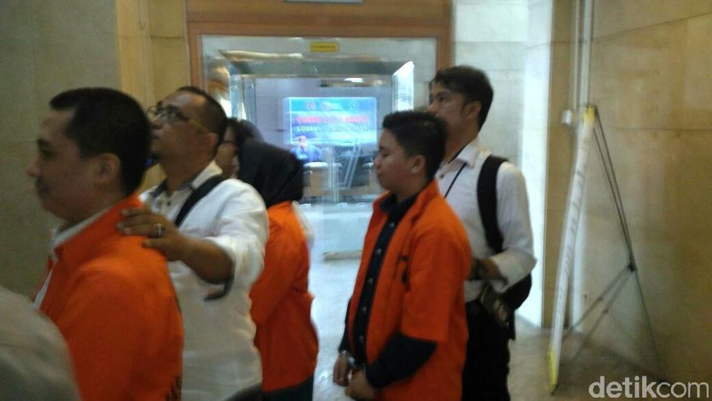 Trio Bos First Travel Dikonfrontasi dengan Karyawan
