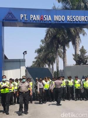 Ratusan Karyawan Demo, Gerbang PanAsia Indo Resources Dijaga Ketat