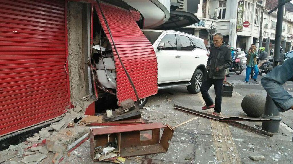 Sopir Mengantuk, Mobil Seruduk Toko Buku di Braga Bandung