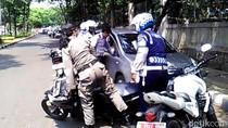 Kena Razia Parkir Liar, Pengendara Mobil Ini Nyaris Tabrak Satpol PP