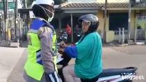 Ternyata Emak-emak Ini Dulu Juga Pernah Ngamuk Saat Ditegur Polisi