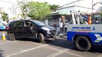 Ertiga Seruduk Innova Sedang Parkir di Belakang Balai Kota