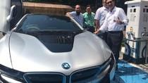 BMW i8 Ngecas di SPLU Milik PLN