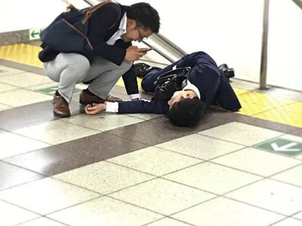 Instagram Ini Rekam Karyawan di Jepang Hobi Terkapar di Jalan
