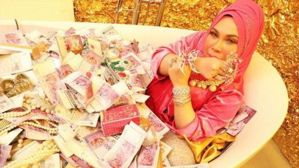 Bukan Bos Travel, Ini Sosialita Malaysia yang Mandi Tumpukan Uang di Bathup