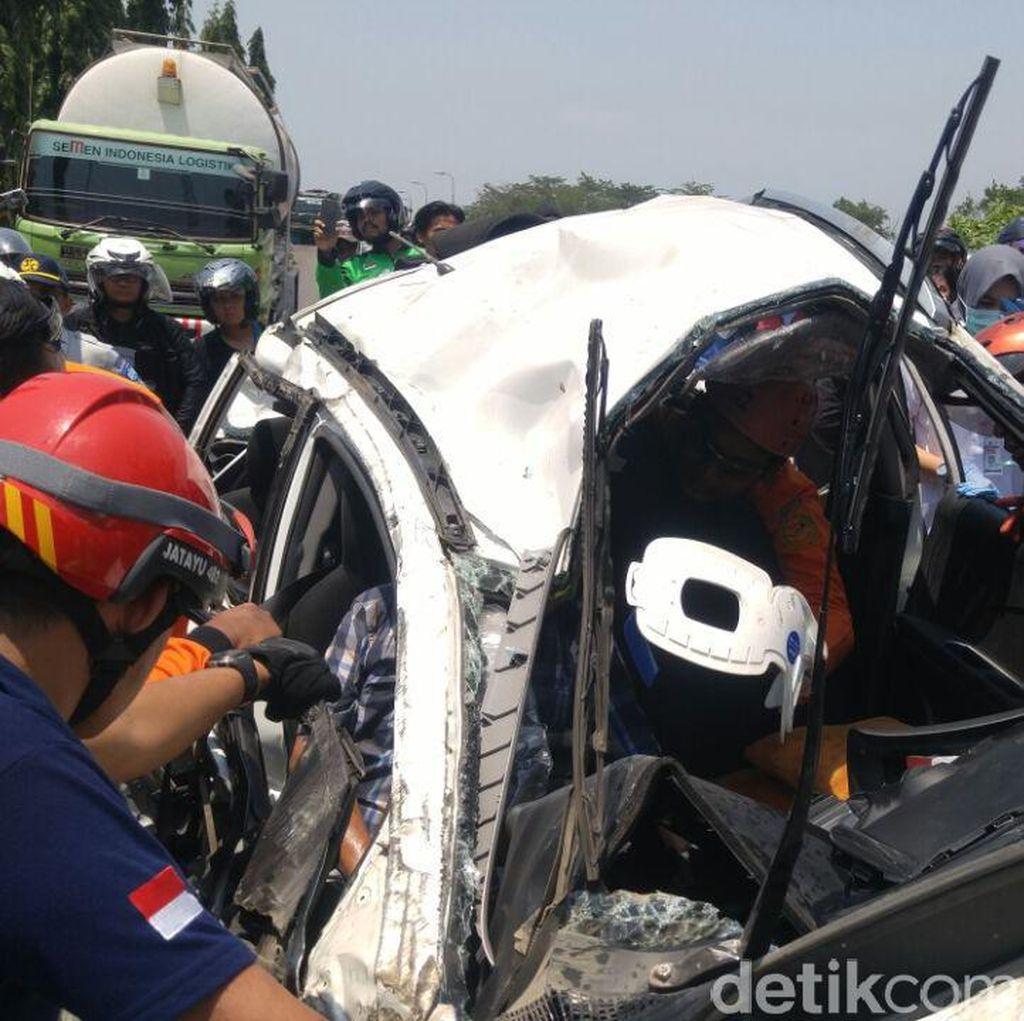 Evakuasi Sopir Mobil yang Digilas Truk Kontainer Berlangsung Dramatis
