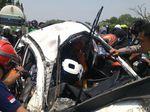 Akhirnya Sopir Mobil yang Digilas Truk Kontainer Berhasil Dievakuasi