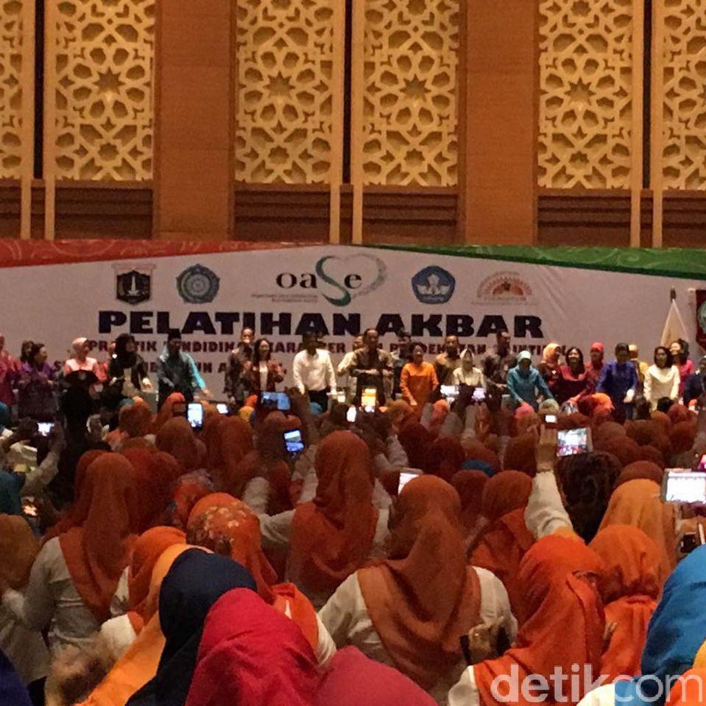 Di Hadapan Ribuan Guru PAUD, Jokowi dan Iriana Joget Maumere