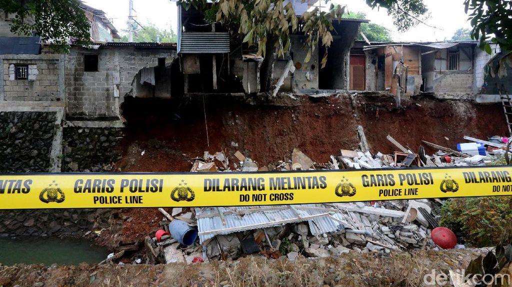 Akibat Hujan Semalam, 5 Rumah di Bintaro Terjebak Longsor