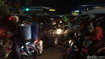Semrawutnya Simpang Slamet Riyadi Matraman, Mobil Damkar Terjebak
