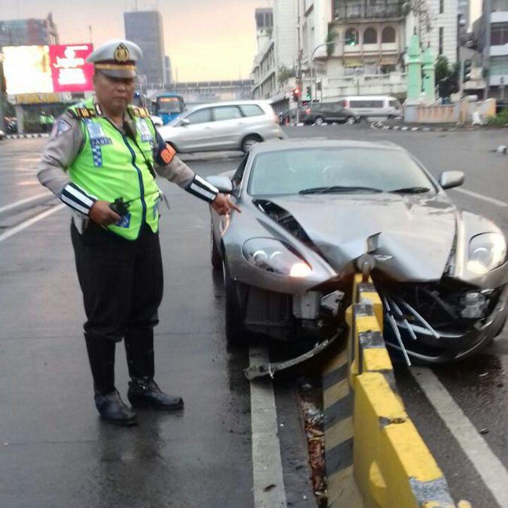 Aston Martin yang Tabrak Separator Busway karena Meleng